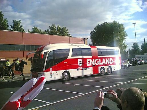 L'équipe national d'Angleterre. - Page 15 The-england-team-arrives-at-old-trafford