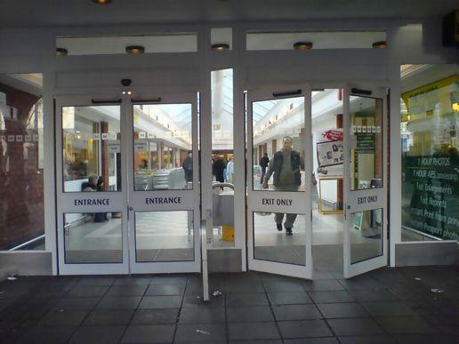 входная дверь в торговый центр