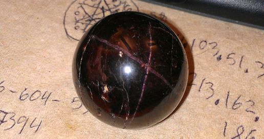 Asterism in garnet sphere